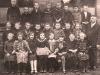 Klasse 2 von 1929 mit Lehrer Fröbel